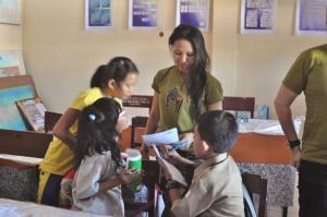 Helping the students writing an English Letter. Membantu para siswa dalam menulis surat Bahasa Inggris.