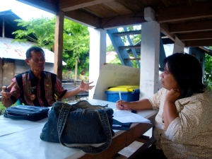 Junita conducting the METT analyse with the village chief of Kasawari. The METT consist of many statements about the management of the Tangkoko reserve., it takes about 2-4hours to finish it.