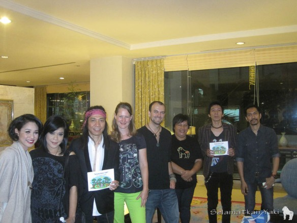 Selamatkan Yaki meeting the band SLANK! Harry, Yunita and Thirza with Abdee (guitarist), Bimbim (drummer)!, and Ridho (guitarist)! Joined by the lovely female singers: Kikan and Andien! Selamatkan Yaki bertemu dengan SLANK! Harry, Yunita dan Thirza dengan Abdee (gitaris), Bimbim (Drummer) dan Ridho (gitaris)! Bersama juga dengan : Kikan dan Andien!