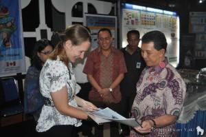 Introducing Selamatkan Yaki and Macaca nigra to Dr. SH Sarundajang, the Governor of North Sulawesi!