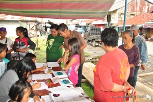 Our information stand in the traditional market of Langowan attracted the interest of both young and old! | Stan informasi kami di pasar Langowan menarik perhatian beragam kalangan, tua dan muda!