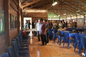 Dr. Benny Mamoto and the participants walked around the room to look at the photographs. | Dr. Benny Mamoto dan para peserta berjalan mengitari ruangan untuk mengamati setiap foto.