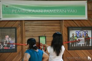 We finally decided to hang the ribbon in front of the photographs of our awesome ambassadors! | Kami akhirnya memutuskan untuk menggantung pita pembukaan di depan foto duta-duta kami!