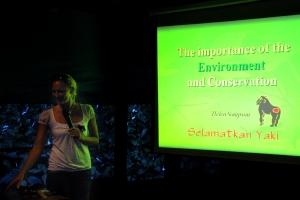 Helen Sampson gave a talk about Selamatkan Yaki conservation programme at the English Camp in Tomohon 2009. - Helen Sampson membawakan materi tentang Program Konservasi Selamatkan Yaki pada English Camp di Tomohon 2009.