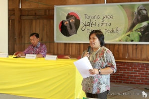 Yunita introducing Dr. Benny J. Mamoto SH. M.Si at the Torang Bacirita event.