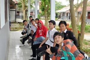 Some students had to sit outside because there wasn't enough room! | Ada siswa yang harus duduk di luar karena ruangan tidak cukup!