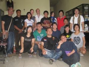 Child Protection Services and Bakudapa Kawanua Sedunia, along with the SY team, pose with Kak Seto. | Tim Komda Perlindungan Anak dan Bakudapa Kawanua Sedunia, bersama tim SY, berpose dengan Kak Seto.