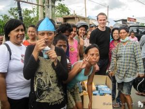 Even in these troubled times, the people still manage to smile! | Bahkan ketika ditimpa musibah, mereka masih bisa tersenyum!