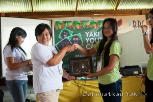 Handing the certificates! Every participants received an official Yaki Ambassador certificate!