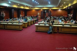 We did not expect the room to be so full. The students even added extra chairs in the back so they could sit! | Kami tidak menduga ruangannya akan penuh. Para mahasiswa bahkan menambah kursi agar mereka bisa duduk!