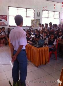 Some students at SMP N 2 Langowan also had to stand during the talk. | Di SMP N 2 pun ada siswa mengikuti presentasi sambil berdiri.