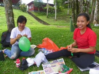 Caroline makes the balloons, Riri pops em. | Caroline meniup balon, Riri meletuskannya.
